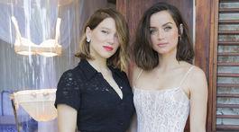 Herečky Lea Seydoux (vľavo) a Ana de Armas pózujú fotografom na Jamajke.
