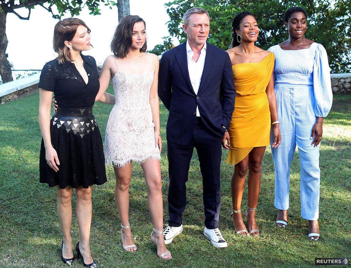 e0d292f6297d Staronový Bond ukázal krásky na Jamajke! Istý je aj zloduch