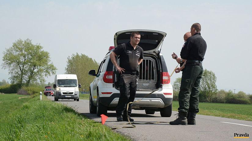 policajti, auto, cesta, miesto činu, nábojnica