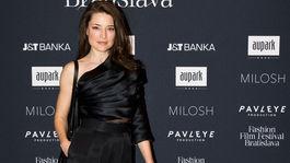 Slovenská modelka Linda Nývltová v tope a šortkách od Marcela Holubca.