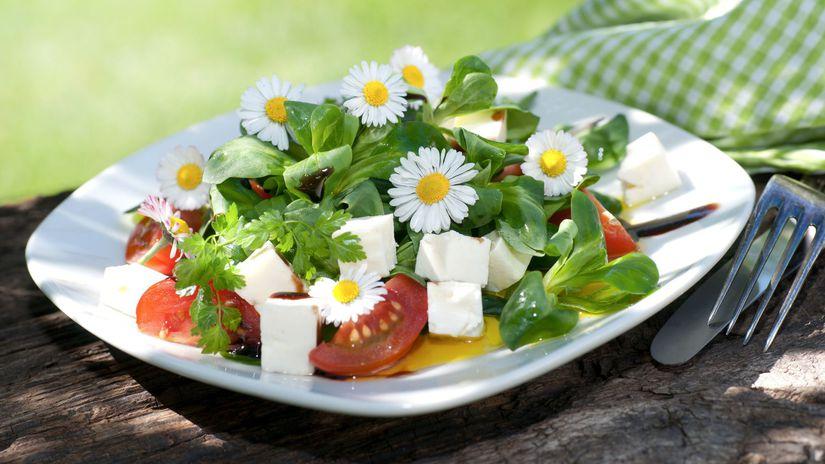 Sedmokráskový šalát s paradajkami a mozzarellou