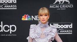 Speváčka Taylor Swift v šatách Raisa & Vanessa.