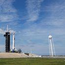 SpaceX Falcon 9 kozmická loď Crew Dragon raketa, florida, vesmír
