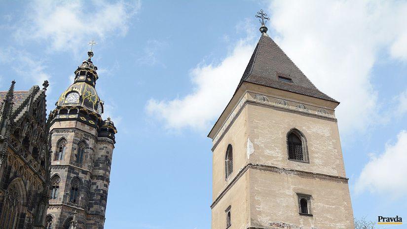 Z Urbanovej veže padajú škridly.