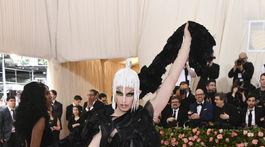 Drag queen Aquaria v kreácii Maison Margiela.