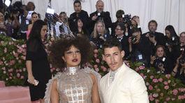 Herečka Priyanka Chopra v kreácii Dior Haute Couture, po jej boku manžel Nick Jonas.