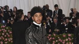 Pretekár Lewis Hamilton v obleku Tommy Hilfiger.