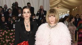 Šéfredaktorka magazínu Vogue Anna Wintour a jej dcéra Bee Shaffer. Prvá v modeli z dielne Chanel Haute Couture a Shafer v kreácii Alexander McQueen.
