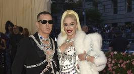 Speváčka Gwen Stefani a dizajnér Jeremy Scott zo značky Moschino. Obaja v kreáciách Moschino.