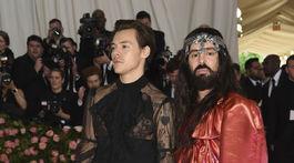 Spevák Harry Styles (vľavo) v kreácii Gucci. Po jeho boku dizajnér značky Alessandro Michele.