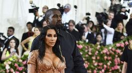 Televízna a internetová hviezda Kim Kardashian v kreácii Mugler a jej manžel Kanye West.
