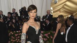 Topmodelka Bella Hadid v šatách z dielne Moschino.