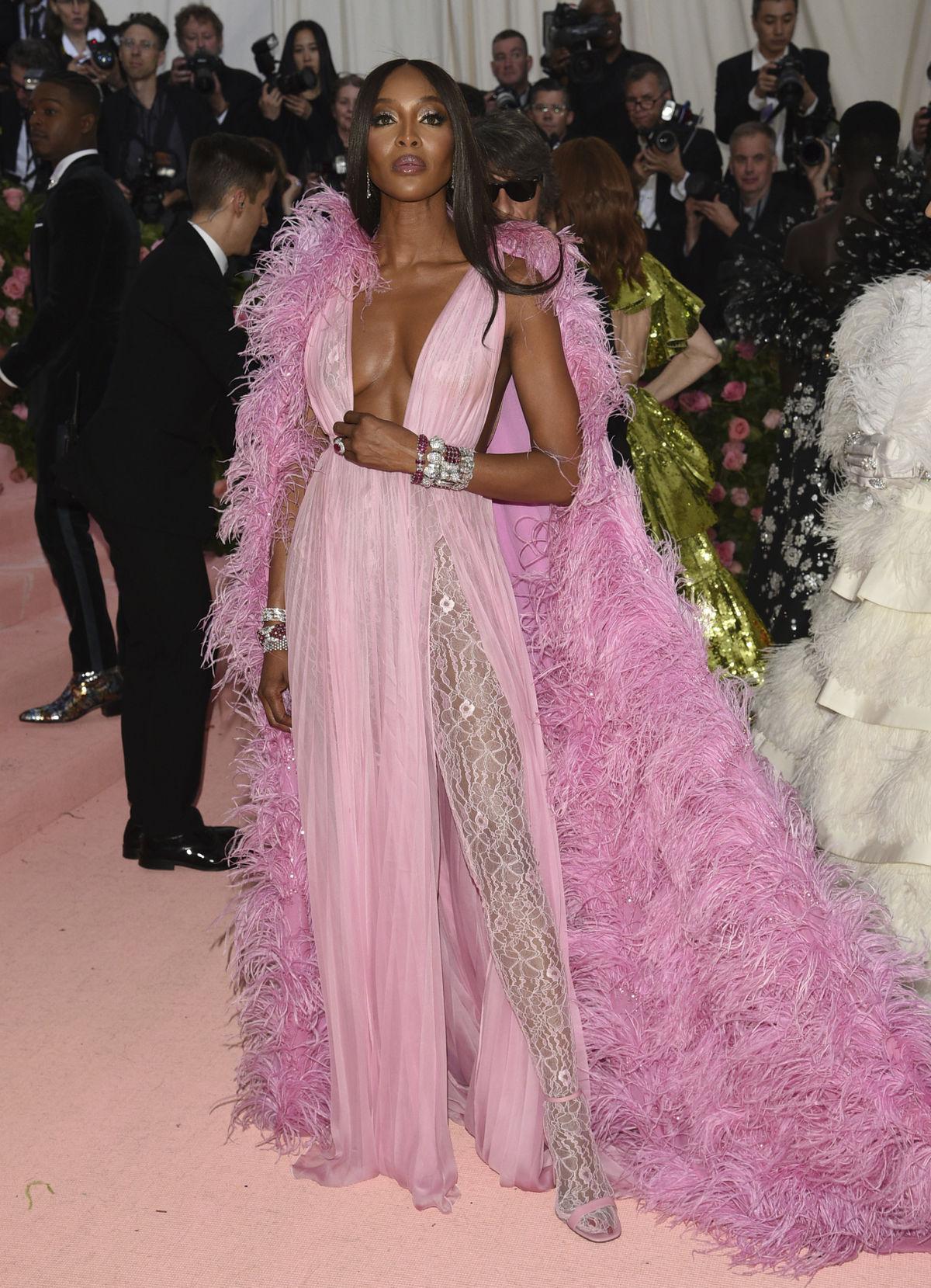Topmodelka Naomi Campbell v kreácii Valentino...