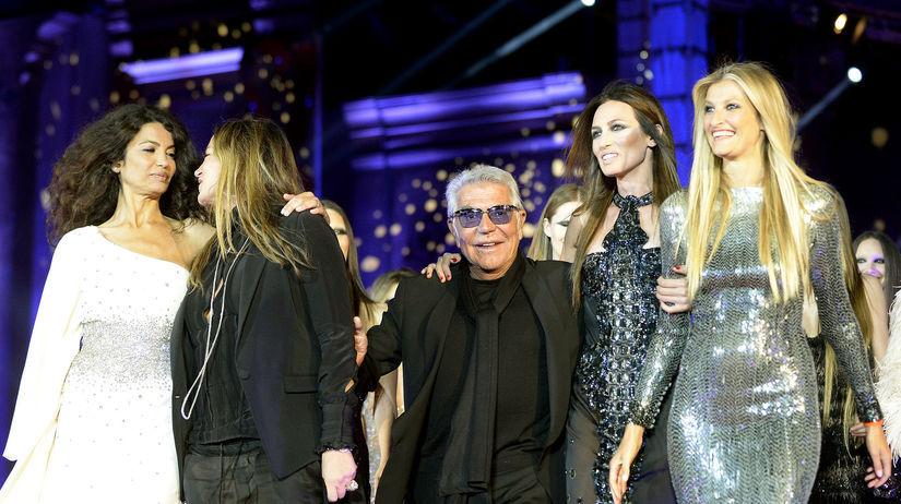 Roberto Cavalli, obklopený modelkami medzi...