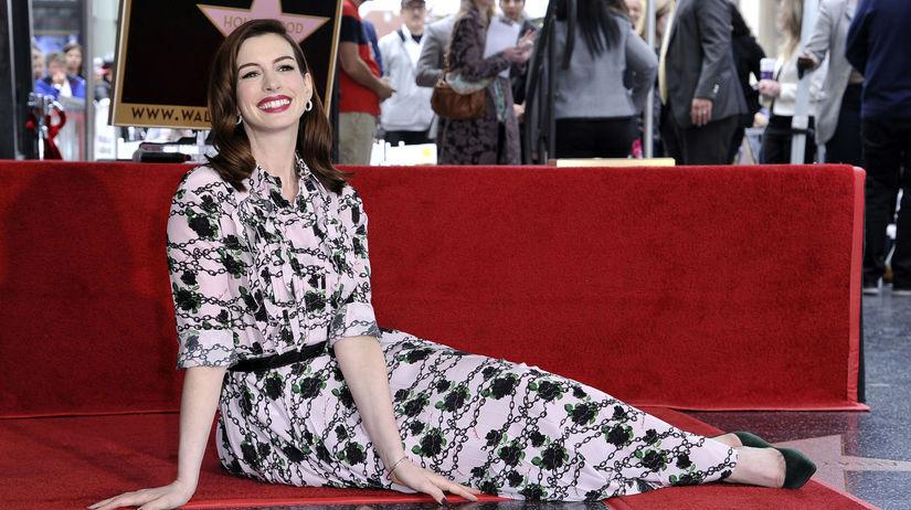 Spokojná herečka Anne Hathaway pózuje pri...