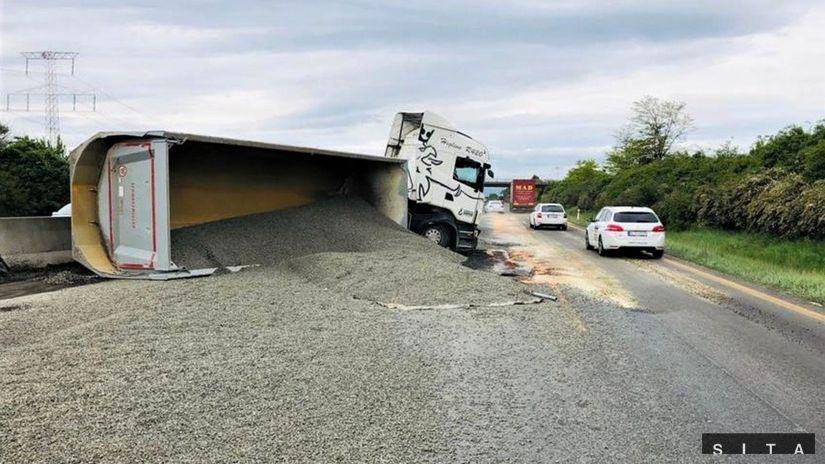polícia, Dopravná nehoda, kamión, štrk, D1