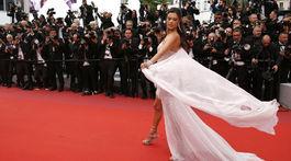Brazílska topmodelka Alessandra Ambrosio pózuje fotografom v Cannes.