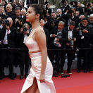 Herečka a speváčka Selena Gomez sa objavila v kreácii, ktorá nápadne pripomínala outfit speváčky Madonny z Cannes v roku 1991.