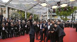 Herec a režisér Mathieu Kassovitz si robil selfie s kolegami.