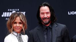 Herec Keanu Reeves a jeho kolegyňa Halle Berry počas ceremoniálu zanechania odtlačkov pred TLC Chinese Theater.