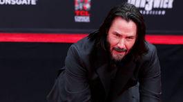 Herec Keanu Reeves zanechal odtlačky pred TLC Chinese Theater v Los Angeles.