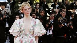 Herečka a členka poroty Elle Fanning prišla v šatách Valentino Haute Couture.