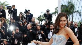 Herečka a ozdoba Cannes Araya A. Hargate v kreácii s motívmi kvetov.