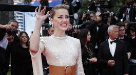 Herečka Amber Heard a jej príťažlivé nohy v šatách s rozparkom.