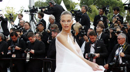 Rakúska modelka Nadine Leopold sa predvádzala v netradičnej kombinácii šortiek a topu s vlečkou.