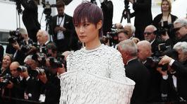 Speváčka Li Yuchun bola neprehliadnuteľná v operenej kreácii.