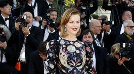 Česká modelka Eva Herzigová v kreácii Christian Dior.