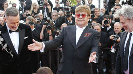 Elton John (v strede) a pri jeho nohách herec Taron Egerton
