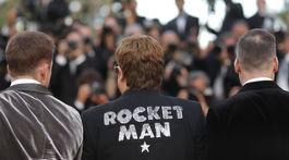 Nápsi na smokingu speváka Eltona Johna odkazuje na film, ktorý v Cannes uvádza.
