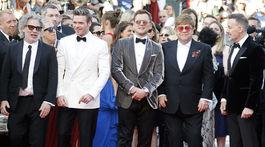 Režisér Dexter Fletcher (vľavo), spevák a producent Elton John (druhý sprava) s manželom Davidom Furnishom (vpravo) a herci z filmu Rocket Man Taron Egerton (v strede) a Richard Madden.