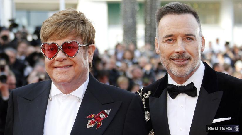 Spevák Elton John (vľavo) a jeho manžel David...
