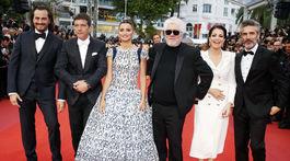 Režisér Pedro Almodovar (tretí sprava) a herci jeho nového filmu Bolesť a sláva - zľava: Asier Etxeandia, Antonio Banderas Penelope Cruz, Nora Navas a Leonardo Sbaraglia.