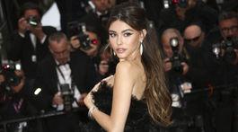 Modelka Madison Beer pózuje fotografom v Cannes.