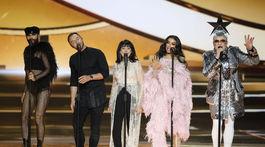 Bývalí účastníci speváckej šou Eurovízie zaspievali spoločne - zľava: Rakúšan Conchita Wurst, Švéd Mans Zelmerlow, izraelská speváčka Gali Atari, grécka speváčka Eleni Foureira a ukrajinský spevák Verka Serdyuchka.