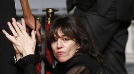 Herečka Charlotte Gainsbourg si podrepla v kreácii Saint Laurent.