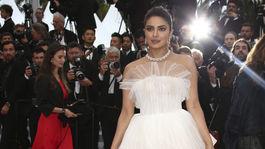 Herečka Priyanka Chopra pózuje fotografom v kreácii Georges Hobeika Haute Couture.