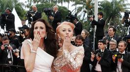 Herečky Helen Mirren (vpravo) a Andie MacDowell pózujú fotografom.