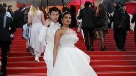 Manželia Priyanka Chopra a Nick Jonas pózujú spoločne fotografom v Cannes.
