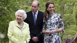 Britská kráľovná Alžbeta II., britský princ William a Kate, vojvodkyňa z Cambridge, v záhrade Back to Nature počas návštevy známej kvetinovej šou Chelsea v Londýne.