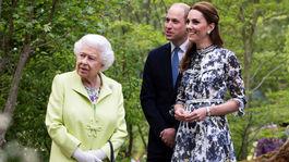 Britská kráľovná Alžbeta II. s vnukom Williamom a jeho manželkou Kate si pozreli spoločne jednu z expozícií na Chelsea Flower Show v Londýne.