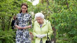Kráľovná Alžbeta II. s vojvodkyňou Kate na návšteve výstavy kvetín na Chelsea Flower Show.