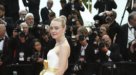 Herečka Dakota Fanning pózuje fotografom v kreácii Armani Privé.