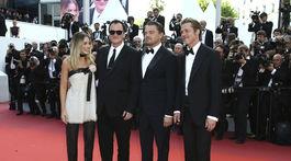 herečka Margot Robbie, režisér Quentin Tarantino a herci Leonardo DiCaprio a  Brad Pitt