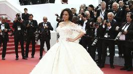 Herečka Michelle Rodriguez pózuje fotografom počas príchodu na premiéru filmu Vtedy v Hollywoode.