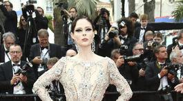 Modelka Coco Rocha pózuje fotografom počas príchodu na premiéru filmu Vtedy v Hollywoode.