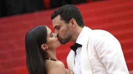 Modelka Sara Sampaio a jej partner - herec Olivier Ripley ponúkli fotografom aj spoločný bozk.